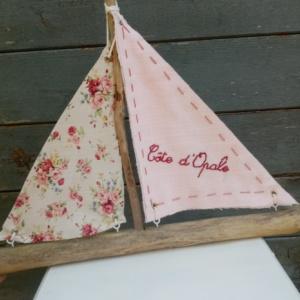 Bateau en bois flotté avec deux voiles. Une voile en tissus rose pale avec inscription Cote d'Opale en broderie fait main et l'autre voile en tissus fleuri