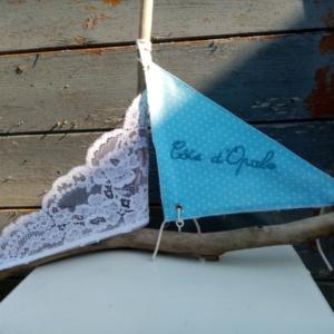 """Bateau en bois flotté avec deux voiles. Une voile en tissus bleu clair et tout petits pois blanc et inscription """" Côte d'opale"""" en broderie bleu ciel et une voile en véritable dentelle de Calais"""