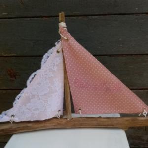 """Bateau en bois flotté avec deux voiles. Une voile en tissus rose et tout petits pois blanc avec inscription """"Côte d'opale"""" en broderie rose et une autre voile avec de la véritable dentelle de Calais."""
