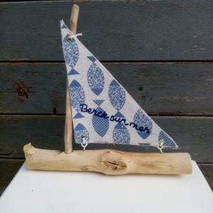 Petit bateau en bois flotté avec une voile tissus imprimé poissons