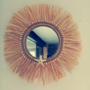 Miroir juju hat avec raphia, tresse de corde de jute et petits coquillages collés tout autour