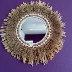 Miroir juju hat avec raphia, corde de jute et perles en bois collées tout autour