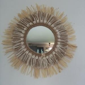 Miroir juju hat avec raphia, corde de jute et de codron et coquillages collés tout autour du miroir